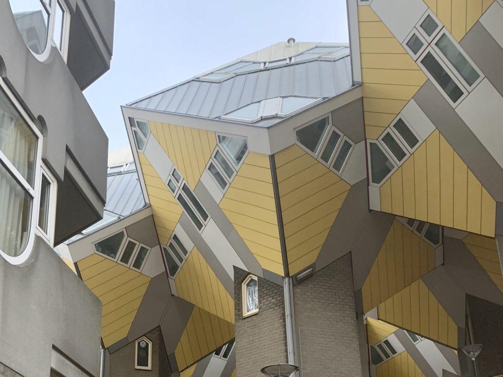 De kubuswoningen in Rotterdam, we zijn even naar binnen geweest en kwamen tot de conclusie dat alleen de kleur hiervan ons aanspreekt #geel